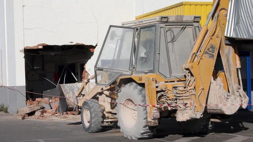 Destroza 69 furgonetas en Vitoria con una excavadora