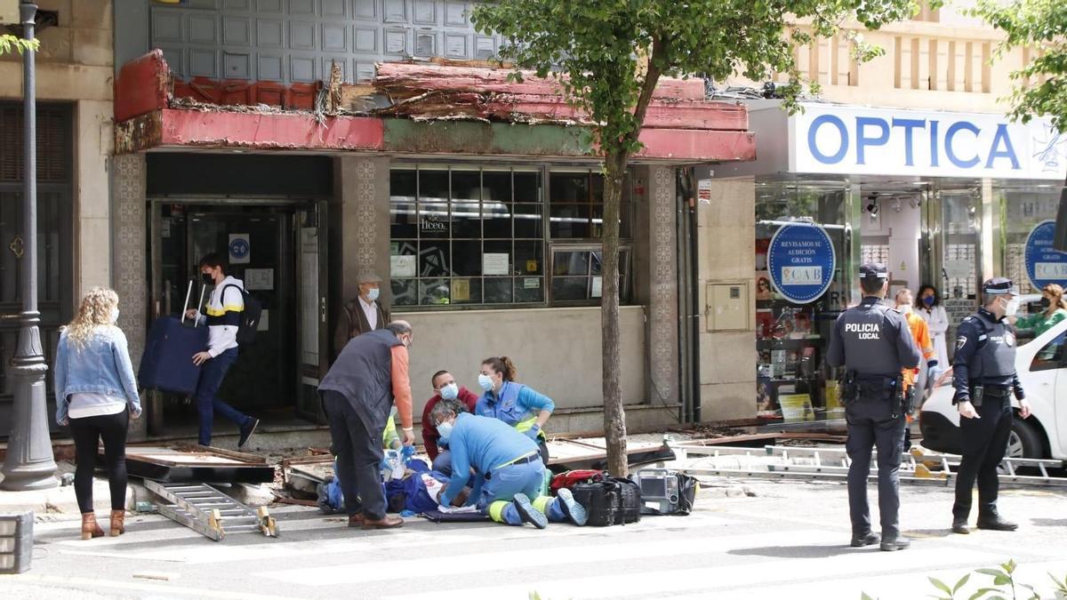 Los sanitarios atienden al operario herido tras sufrir un accidente en Virgen de la Montaña.