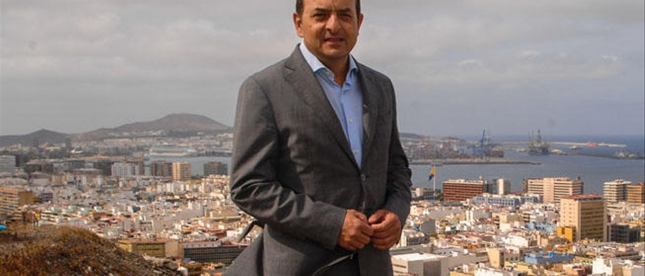 Juan José Cardona con la ciudad y el Puerto al fondo.