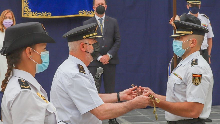 Ceremonia de entrega del bastón de mando de la ciudad al inspector jefe de la Comisaría de la Policía Nacional de Orihuela