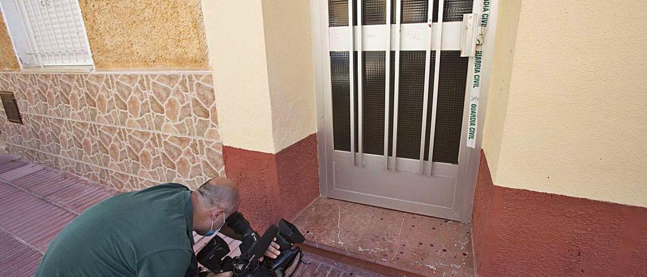 Acceso a la vivienda de San Vicente donde ocurrió el crimen.