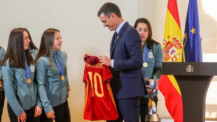 Sánchez recibe en La Moncloa a las campeonas del mundo sub-17