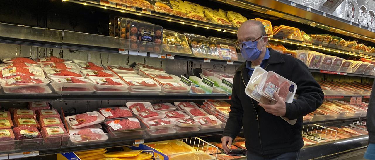Un hombre compra carne en un supermercado de EE UU durante la primera ola de la pandemia.