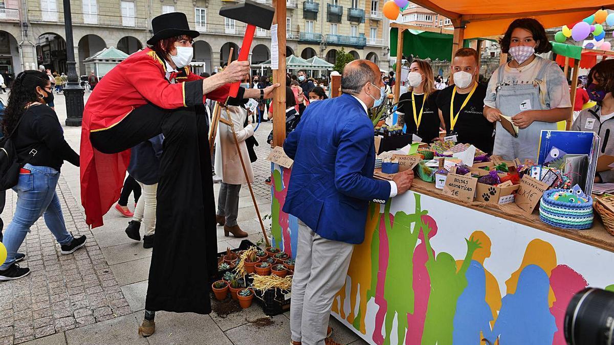 Un miembro de la animación del mercado bromea con el concejal Jesús Celemín.   | // VÍCTOR ECHAVE