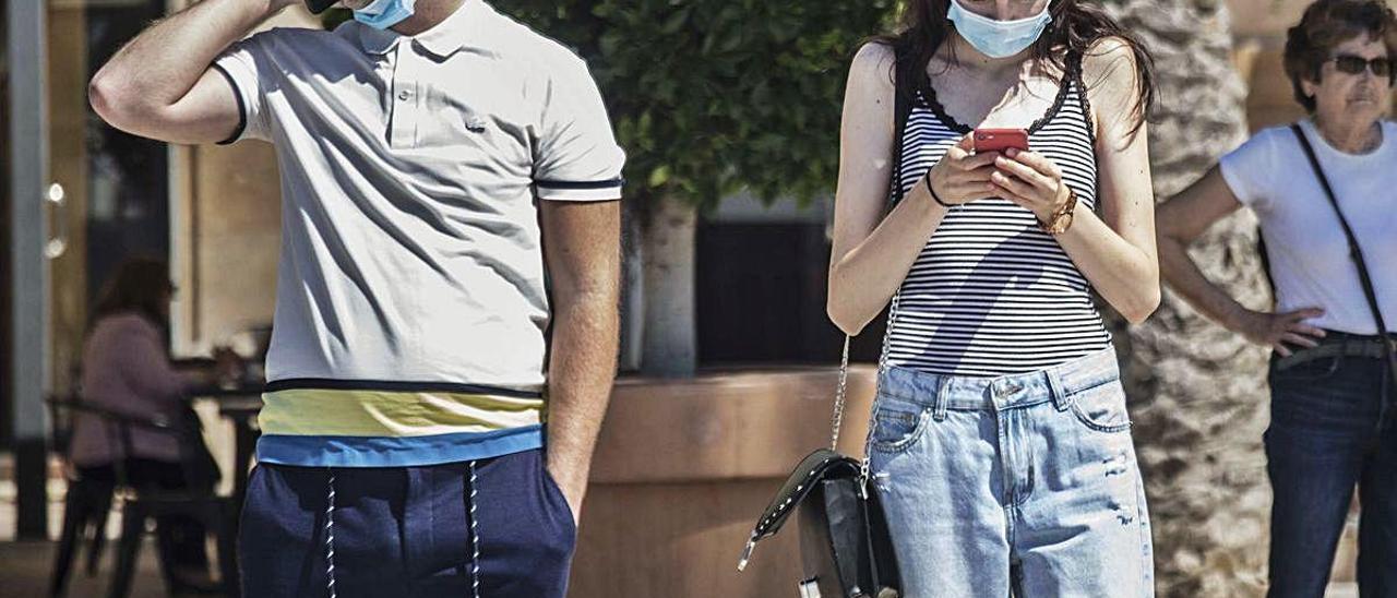 Dos jóvenes, con sus teléfonos móviles, esta semana.
