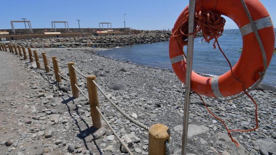 Los bañistas de Pozo Izquierdo se quejan de que resbala el acceso