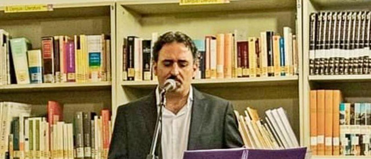 El editor David Vidal, durante un recital.