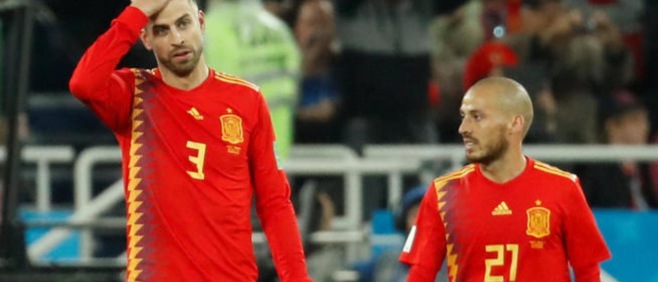 David Jiménez Silva -d-, junto a Piqué, que también deja la Roja, en el Estadio de Kaliningrado, durante el partido ante Marruecos, en el pasado Mundial.