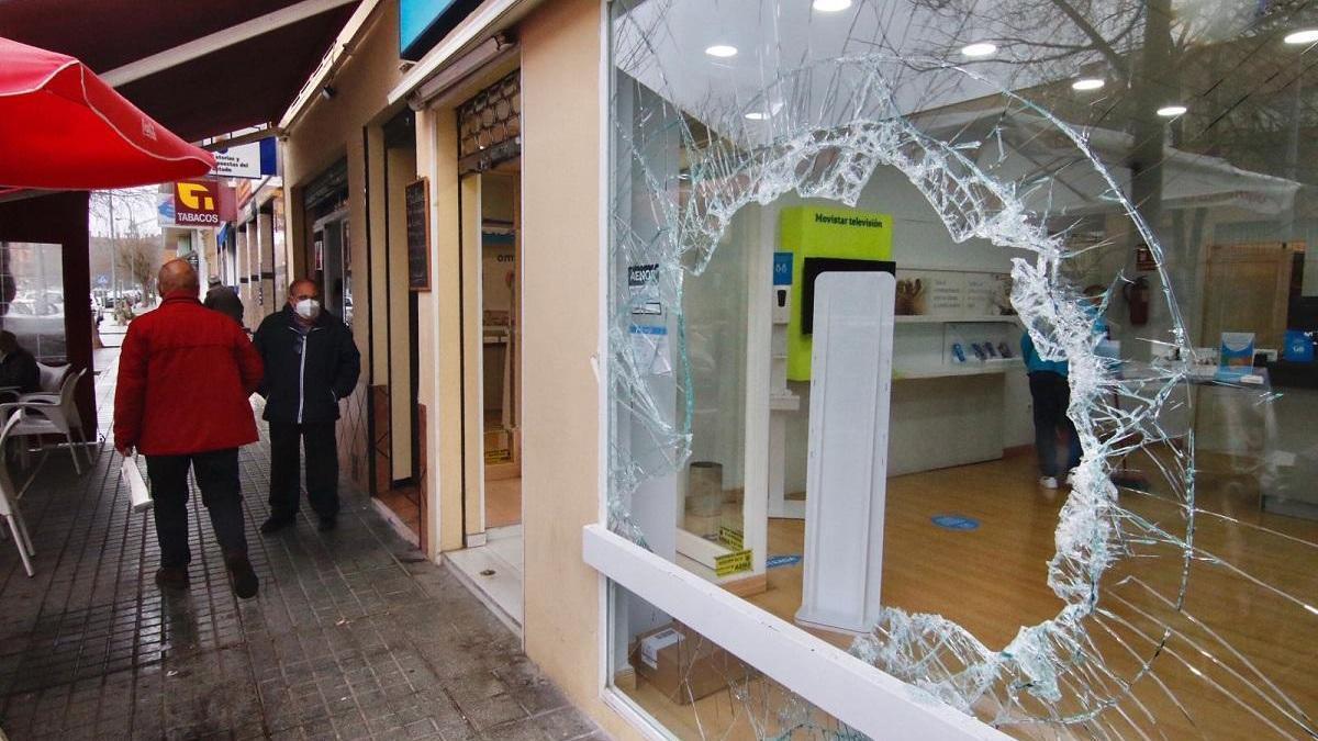 Roban en una tienda de telefonía de la avenida Guerrita rompiendo el escaparate