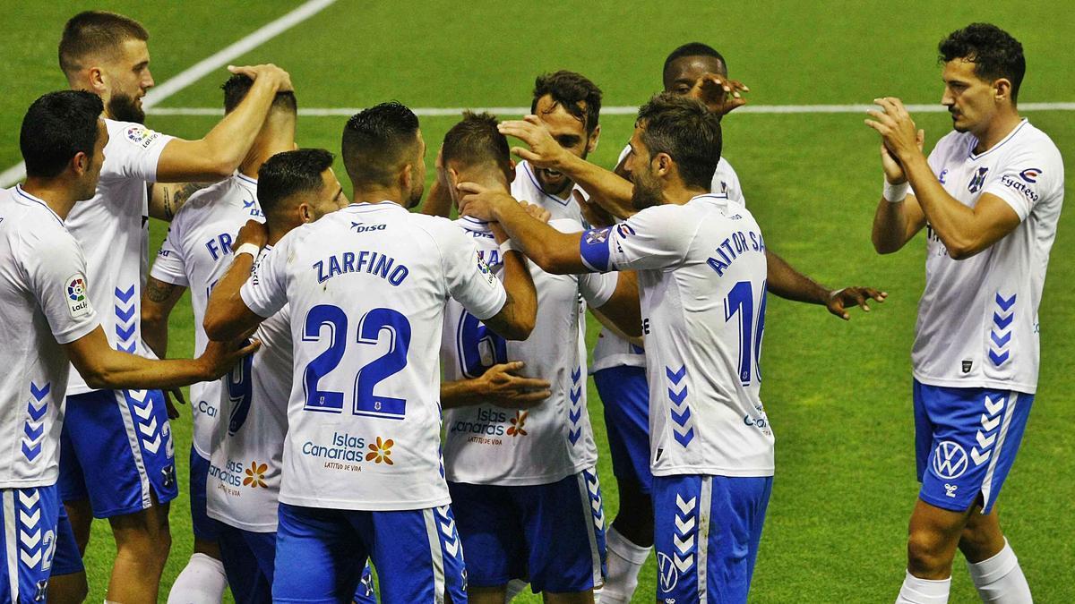 Los jugadores del CD Tenerife celebran un gol en un partido de la presente temporada. | |