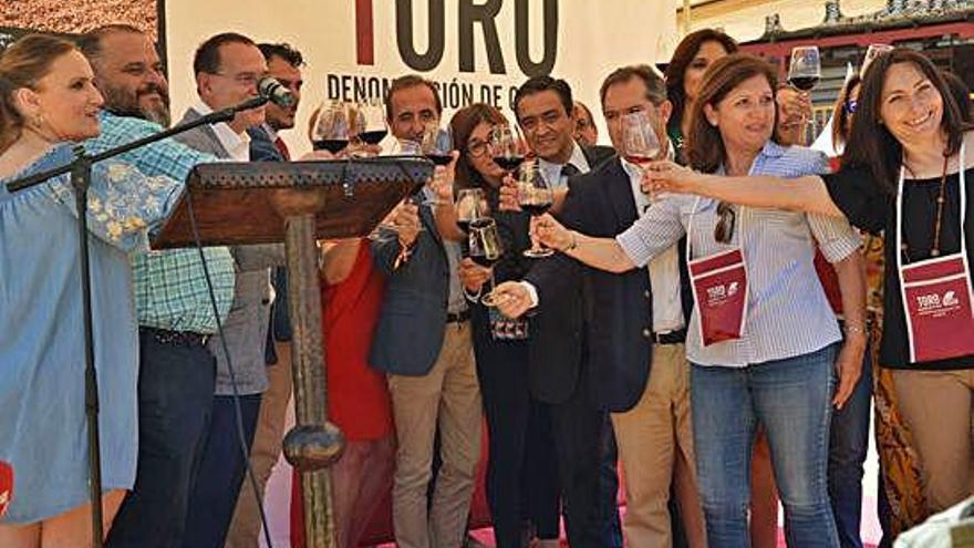"""Autoridades y representantes de bodegas brindan con el """"excelente"""" vino de la DO Toro."""