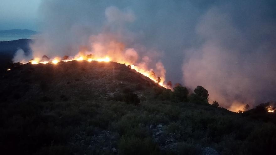 57 dotacions de Bombers treballen en l'incendi al massís de Montgrí, on queda per perimetrar una zona de difícil accès