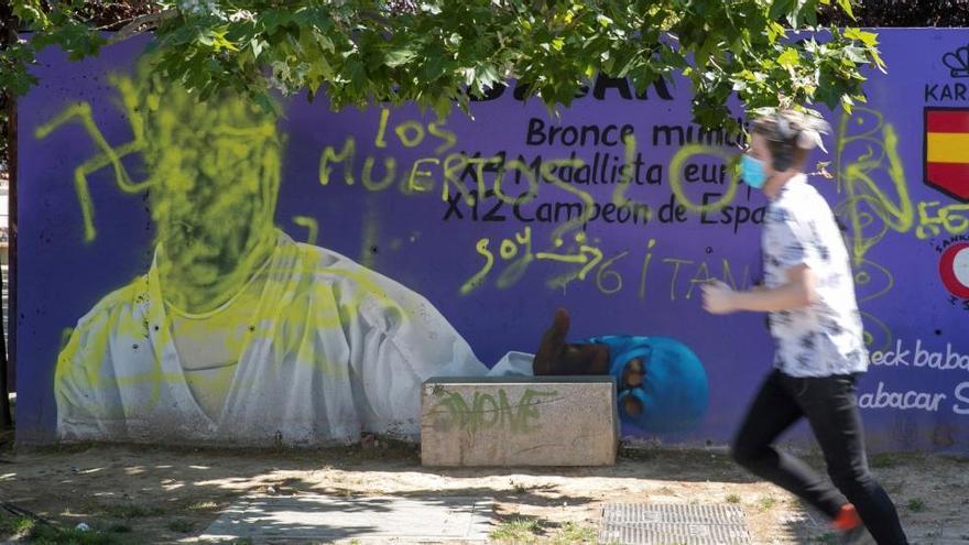Pintan con símbolos nazis un mural dedicado al karateca Bacabar Seck en Zaragoza