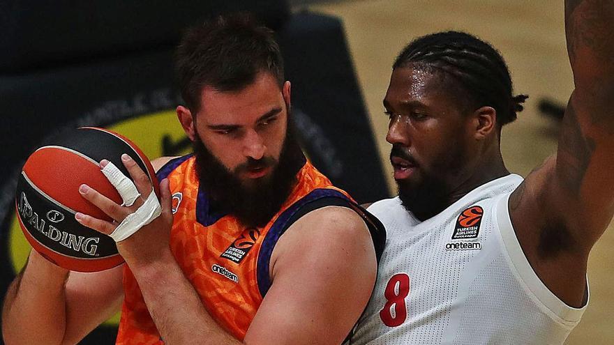 Bojan Dubljevic protegeix la possessió d'esquena, en una acció d'atac de València Basket.   F. CALABUIG