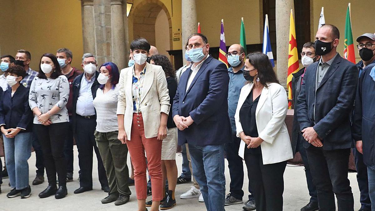 Pontón y Junqueras, en el centro, con los invitados a los actos del Día da Patria.   | // XOÁN ÁLVAREZ
