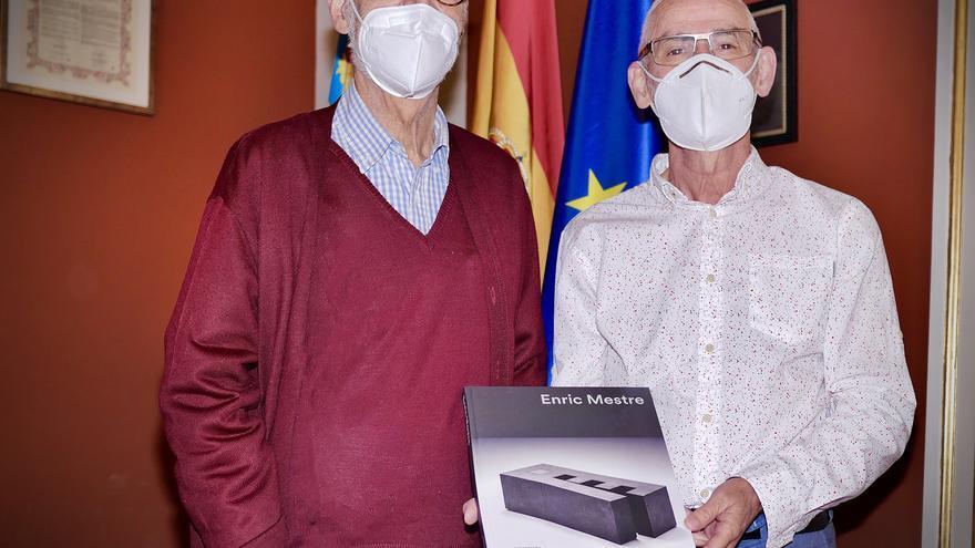 El ceramista Enric Mestre dona su último libro homónimo a Alboraia