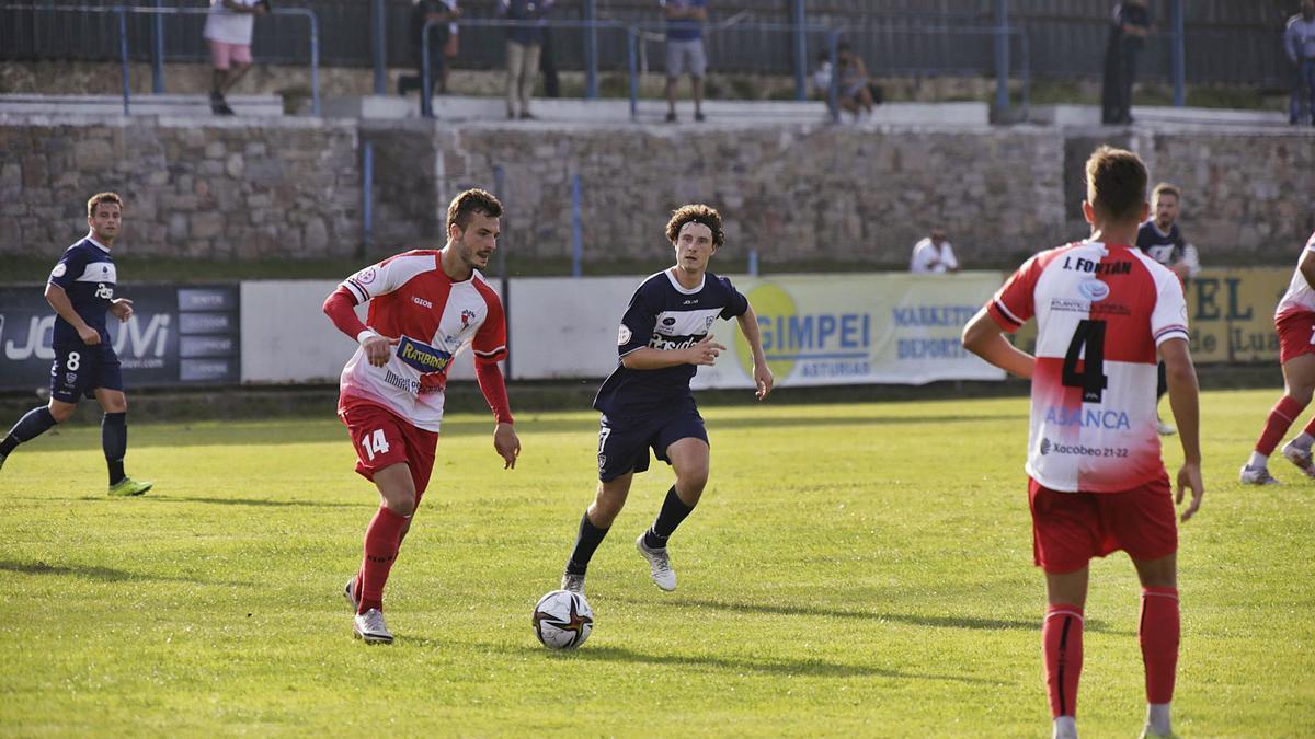Mon controla el esférico durante el partido disputado ayer por el Arosa en Luanco.    // LA NUEVA ESPAÑA