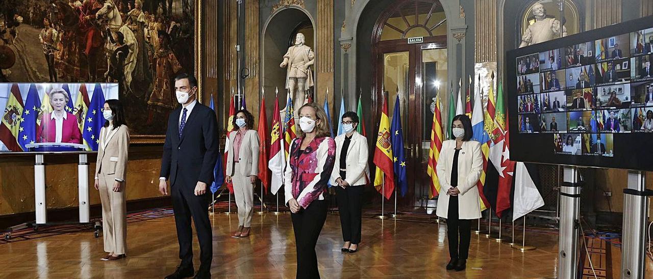 Sánchez y otros miembros del Gobierno, antes de la Conferencia de Presidentes.    // EFE