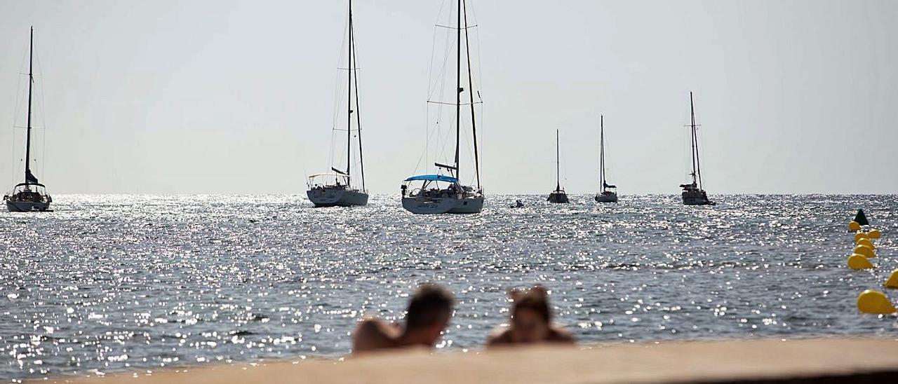Vista de la bahía de Talamanca desde la pasarela. | TONI ESCOBAR