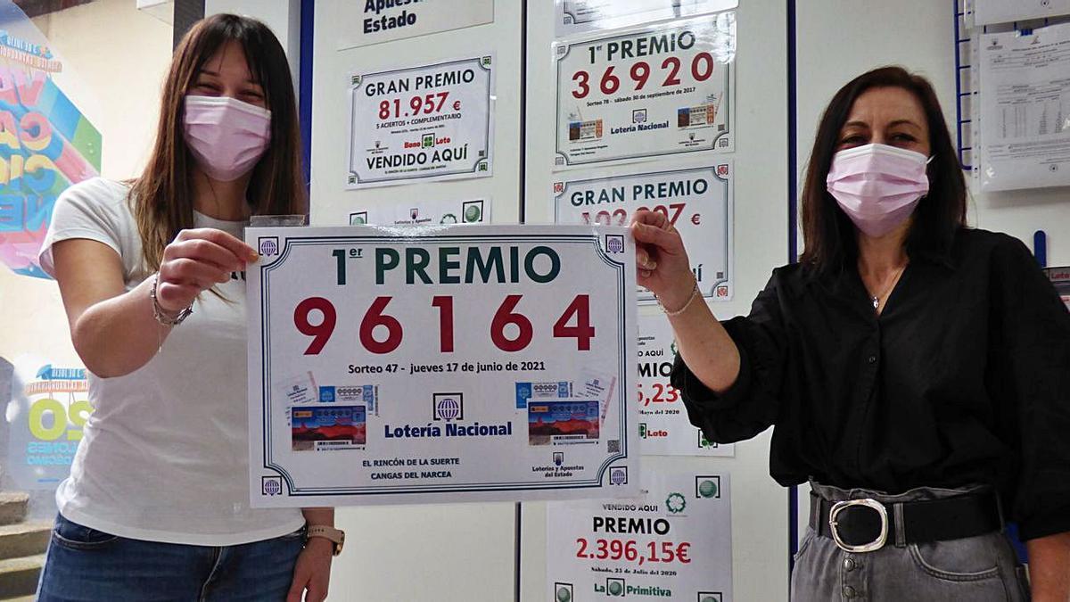 Mónica García y la lotera Ana Fonteriz (a la derecha), con el número premiado. | D. Á