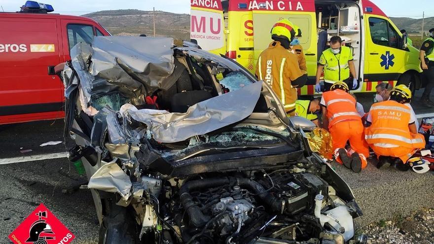 Excarcelan a una mujer de su coche tras un brutal choque en Villena