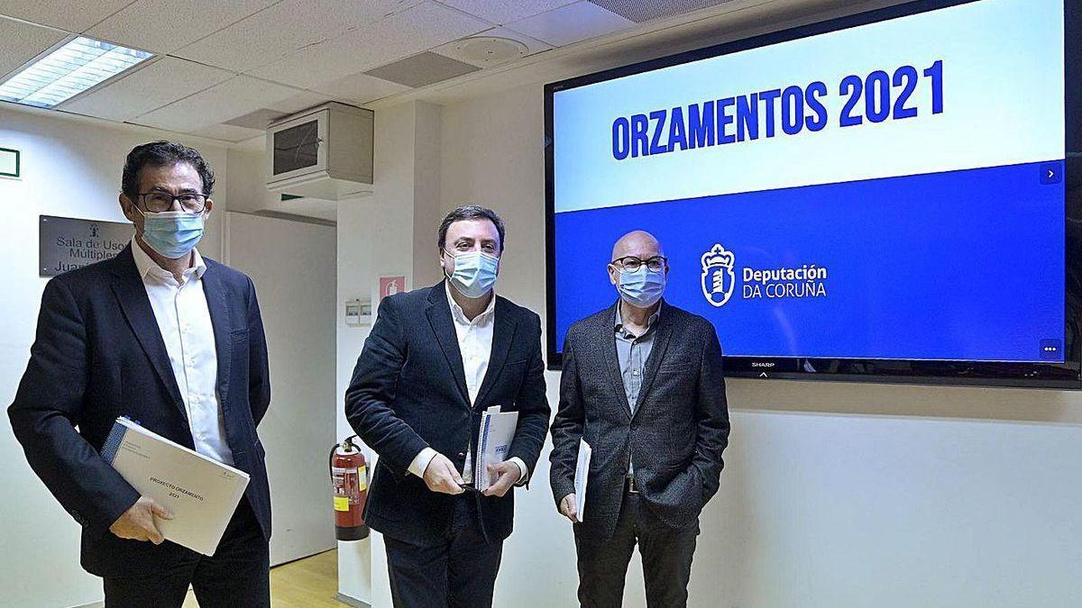 Antonio Leira, Valentín González Formoso y Xosé Regueira, en la presentación del presupuesto.