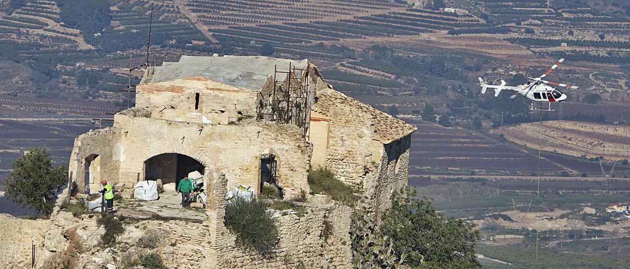 Un helicóptero descarga material en la ermita del Puig para las obras del año pasado. | PERALES IBORRA