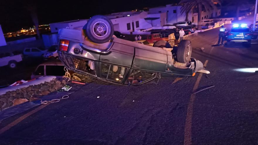 El vuelco de un coche provoca daños en otros cinco vehículos