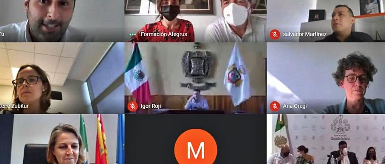 Captura del acto de reconocimiento a los municipios premiados, con el alcalde de Pravia en la parte superior izquierda y la regidora de Colunga, en la parte inferior, también a la izquierda.