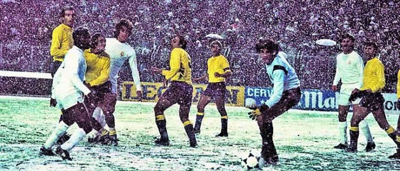 Pérez, portero de la UD, mira el balón entre la nieve que cayó en el Bernabéu en un Real Madrid-Las Palmas; Del Bosque -2º por la derecha-, entre otros. | | AGUSTÍN VEGA /DIARIO AS