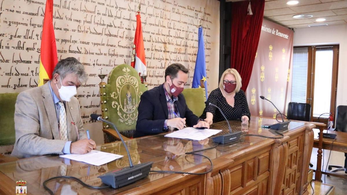 Los responsables de Fetiche y el Ayuntamiento rubricaron ayer su convenio de colaboración.
