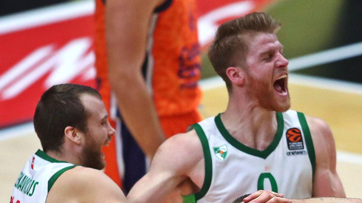 Los jugadores del Zalgiris Kaunas celebran la victoria en el último segundo.   F.CALABUIG