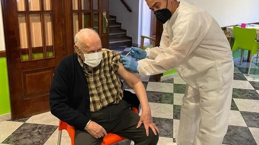 Los mayores de la residencia de Pedreguer reciben la segunda dosis de la vacuna