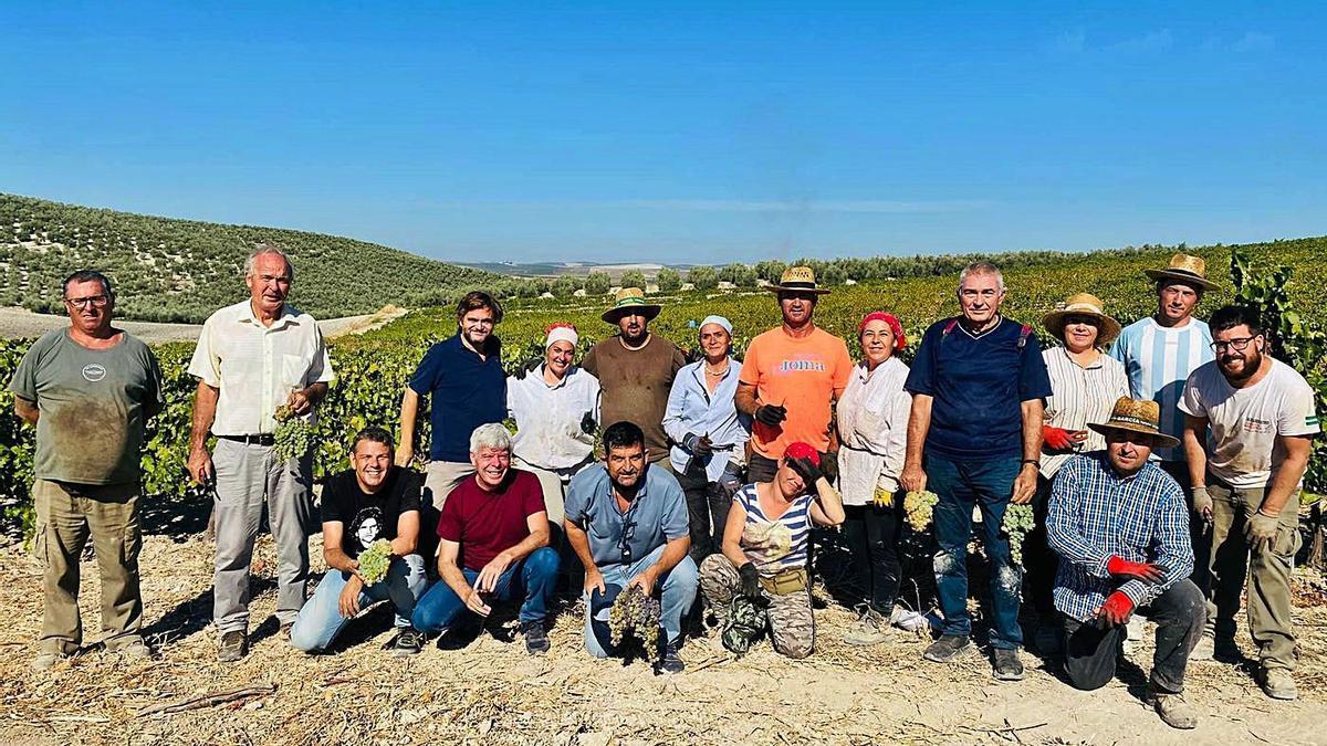 Miembros de la Fundación Savia en la pasera que Bodegas Robles tiene a las afueras de Santaella.