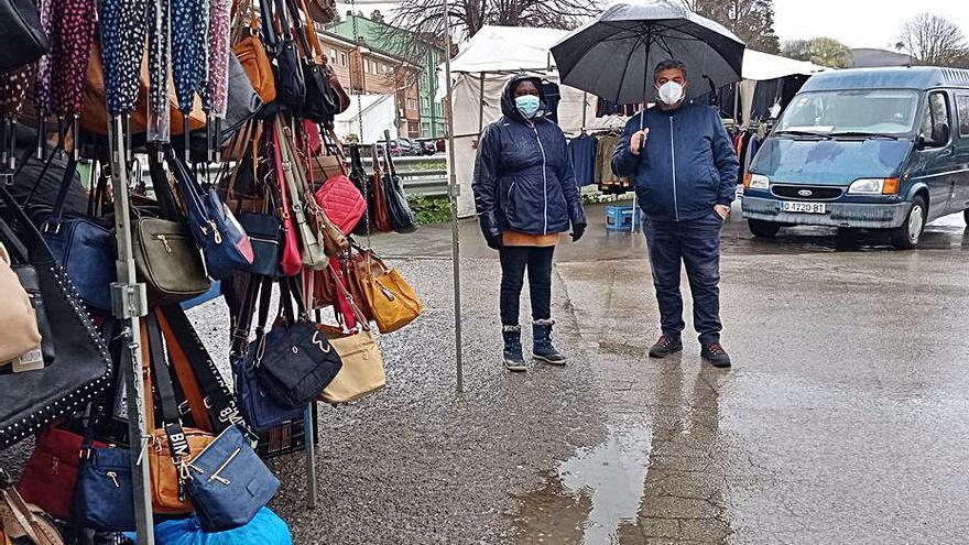 "Los ambulantes de textil piden reunificar el mercado de Posada de Llanes: ""Ahora no vendemos"""