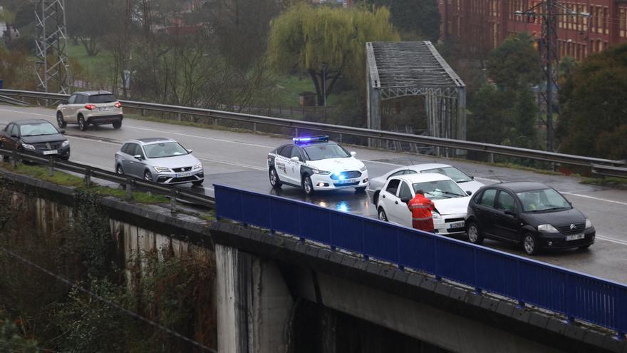 Accidente múltiple en el Corredor del Nalón:  nueve coches implicados y dos heridos