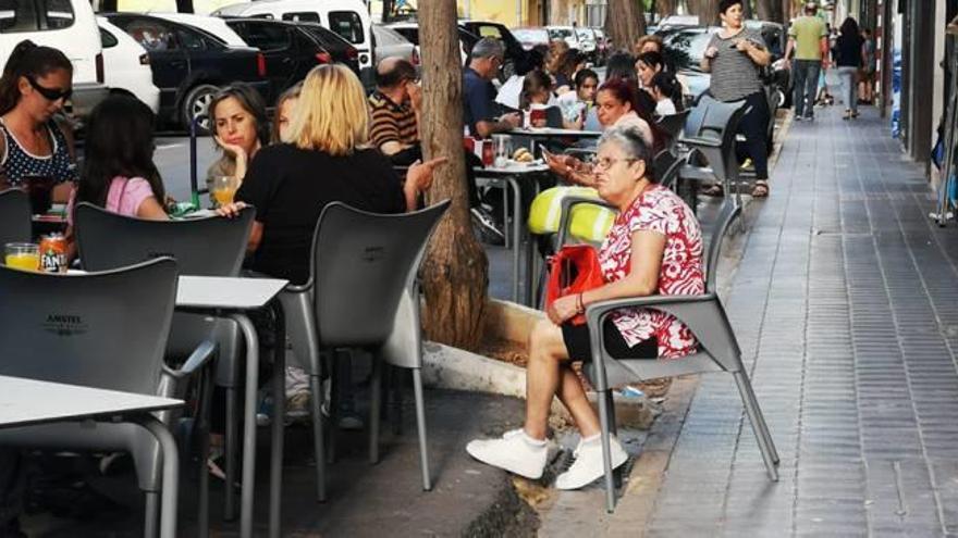 Massanassa emplaza a la dueña de un bar a reparar la vía pública donde monta su terraza