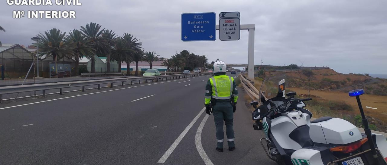 Agente de la Guardia Civil de Tráfico en la carretera donde el motorista cometió el exceso de velocidad.