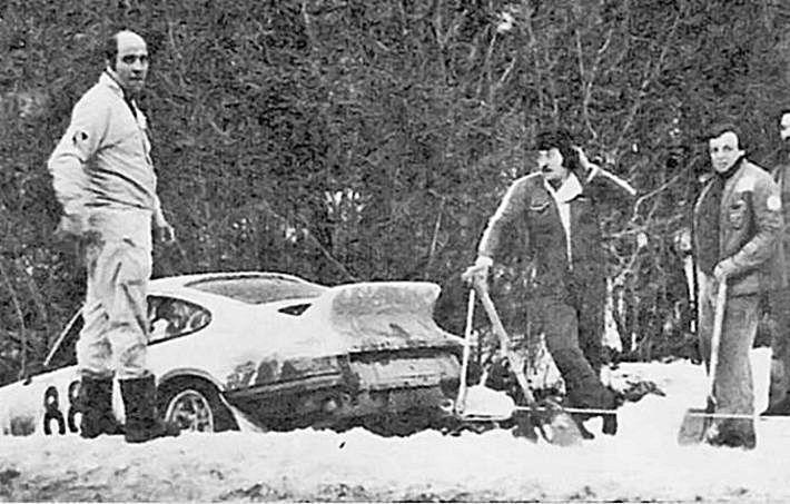 """Gemar, a la izquierda, se salió con el 911 en el """"Monte"""" del 77. A la derecha, con una pala, Tomás Morales."""