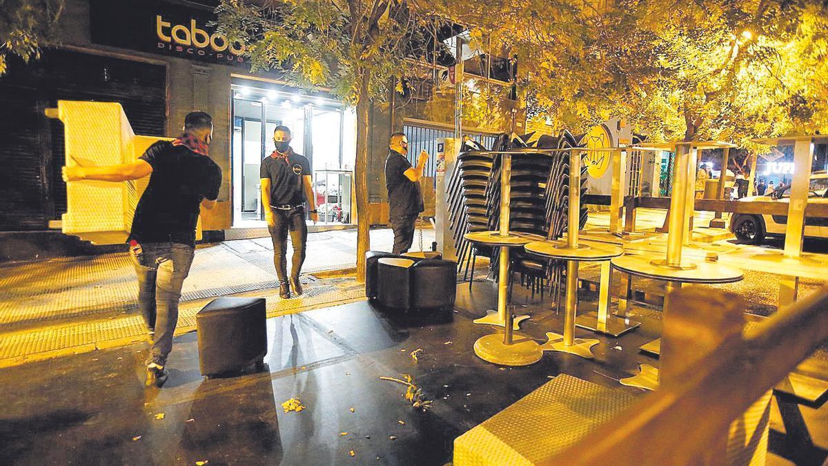 Hora de cierre en un céntrico establecimiento de ocio nocturno en Zaragoza.