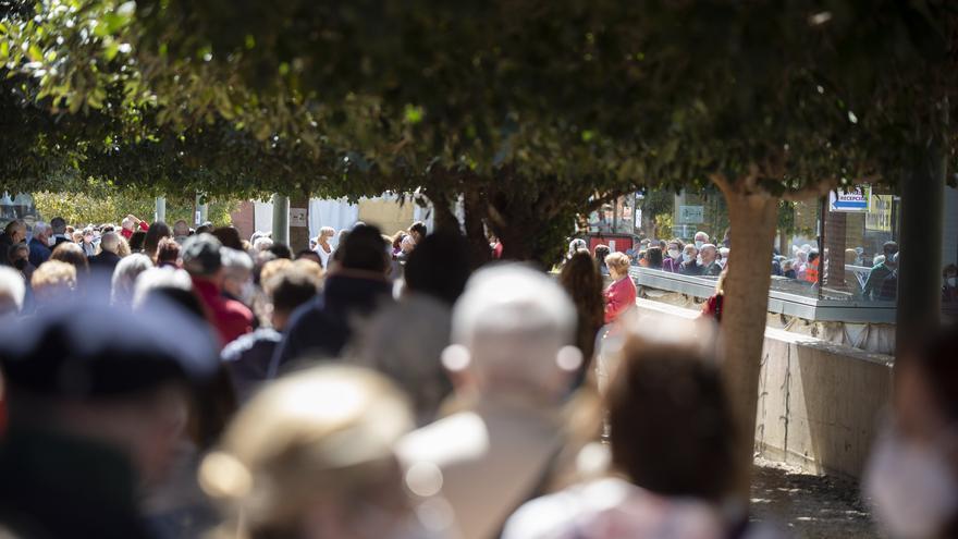 Alegría y esperanza en la cola de vacunación en el Cabezo Beaza de Cartagena
