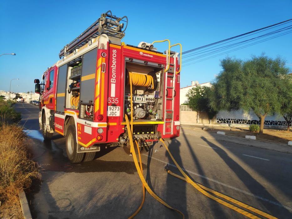Los bomberos de Torrevieja trabajan en la extinción del incendio del edificio que costó 1,5 millones de dinero público y que lleva abandonado una década