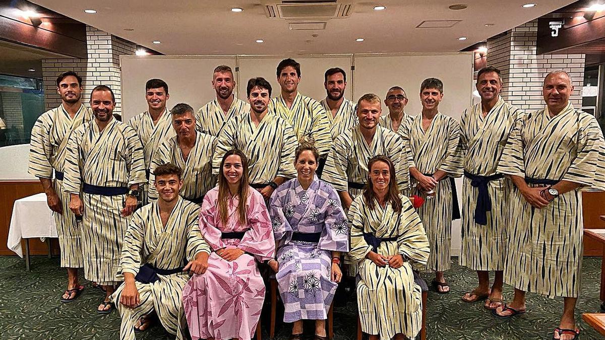 El equipo de piragüismo posa ataviado con el kimono japonés