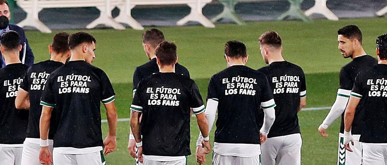 Jugadores del Elche, con camisetas contra la Superliga durante el calentamiento previoa la partido ante el Valladolid.