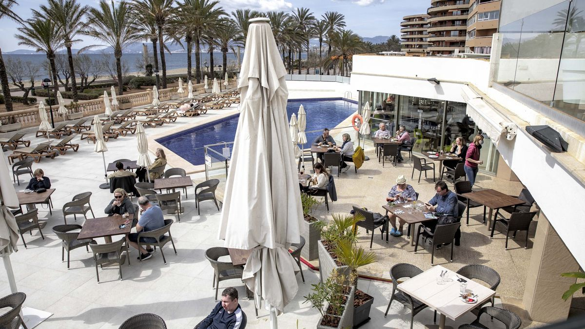 Turistas alemanes aprovechan el buen tiempo para disfrutar de la terraza de un hotel de la Playa de Palma