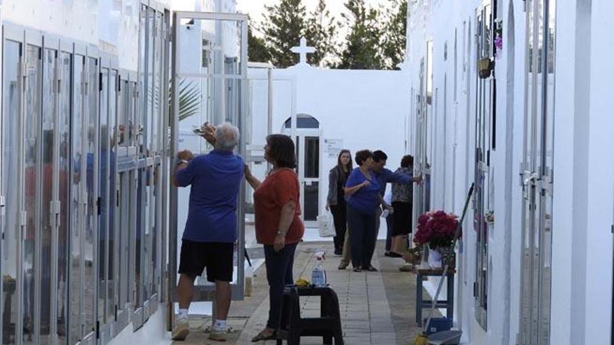 Los cementerios de Formentera, preparados para el Día de Todos los Santos