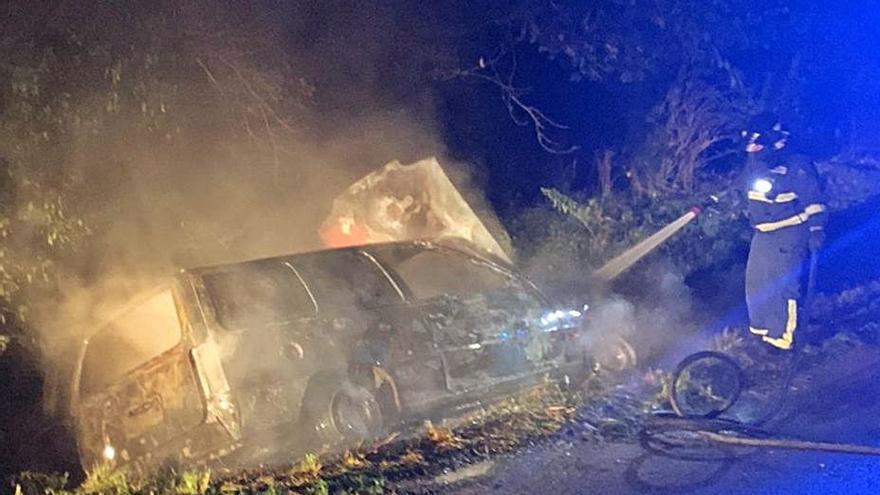El incendio de un vehículo alarma en la zona de El Resbalón, en Lugones