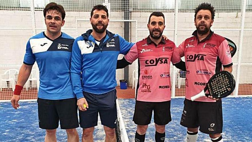 Los palistas del Caja Rural, de azul, posan con sus rivales antes de los partidos de la pasada jornada.