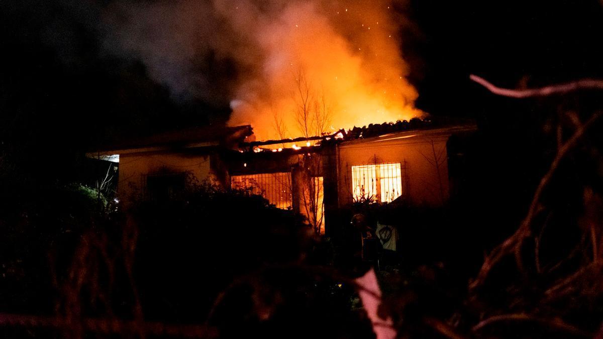 Una imagen del incendio desatado en una casa de Ribadesella.