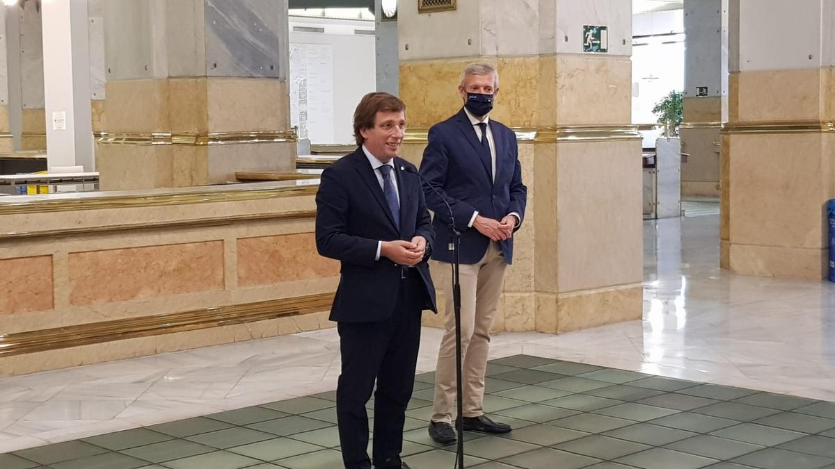 Alfonso Rueda y José Luis Martínez-Almeida presentando la Semana Xacobeo 21-22 de Madrid